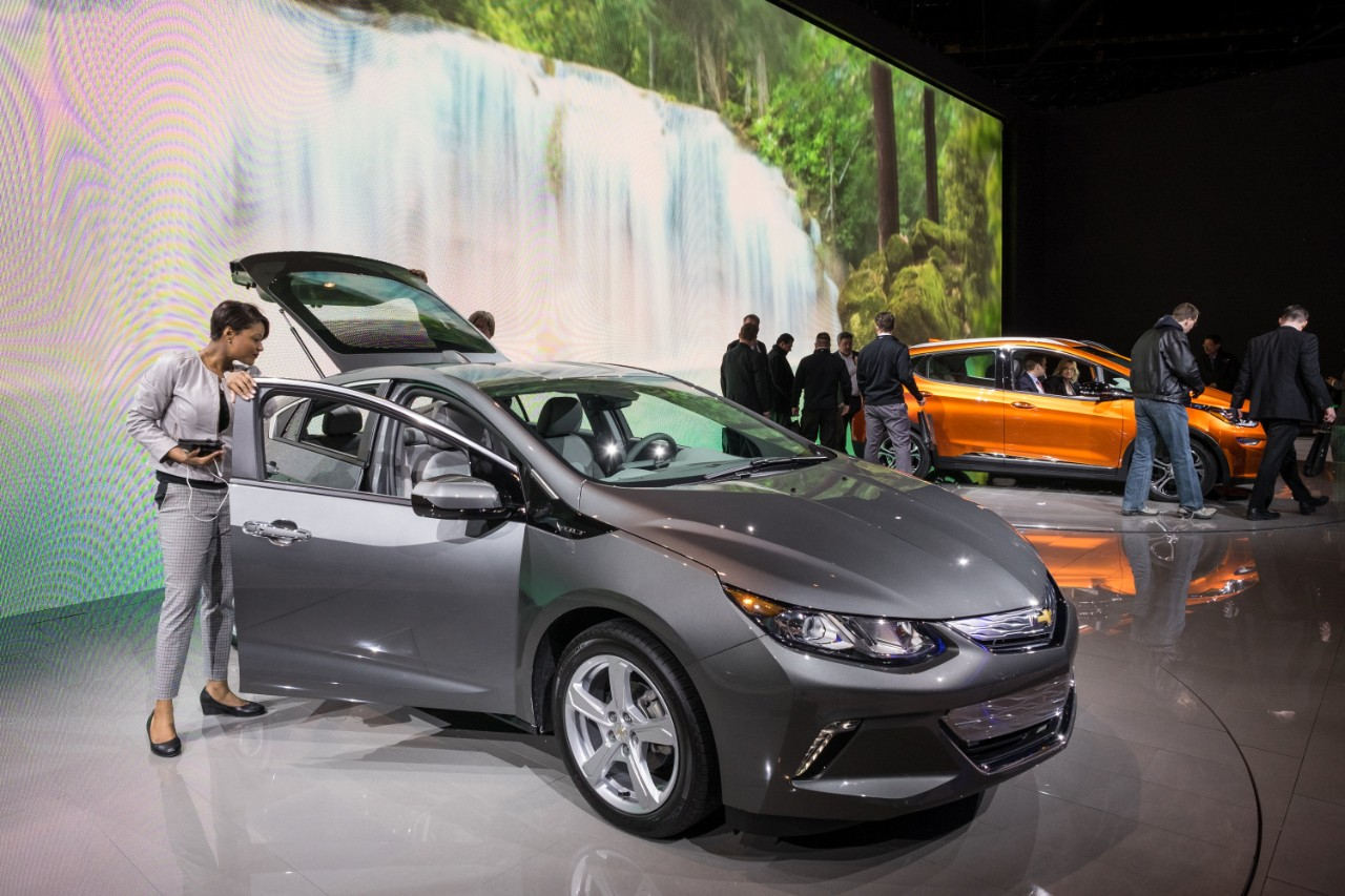 (GM Chevrolet Volt and Bolt at 2016 Chicago Auto Show. © General Motors.)